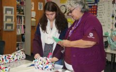 Sociedad Honoraria Hispanica members visit nursing home through Asilo program